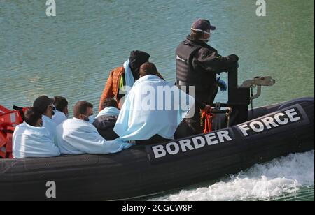 Un gruppo di persone che si pensa siano migranti viene portato a dover, Kent, dagli ufficiali della Border Force a seguito di un piccolo incidente in barca nella Manica.