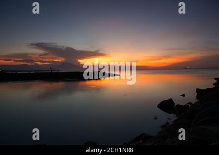 Colori intensi del tramonto o dell'alba sul mare, uno sfondo naturale. Foto Stock