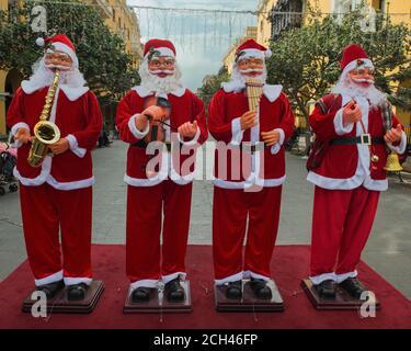Babbo Natale Musicale.Musicisti Di Strada Con Costumi Di Babbo Natale Natale Strasburgo Alsazia Francia Europa Foto Stock Alamy