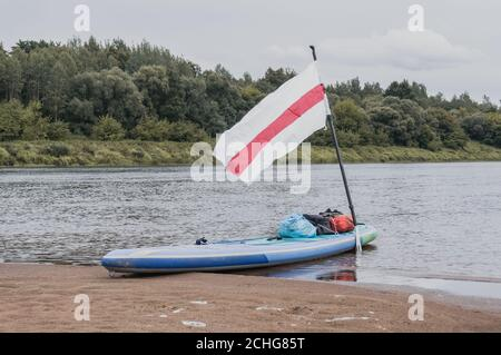 Paddleboard sulla banca, rafting in onore della Bielorussia libera, Foto Stock