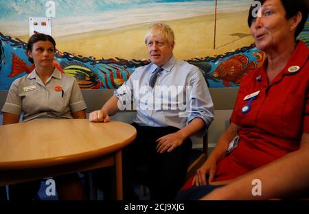 Il primo ministro britannico Boris Johnson incontra gli operatori sanitari durante la sua visita al Royal Cornwall Hospital di Truro, Gran Bretagna, il 19 agosto 2019. REUTERS/Peter Nicholls/Pool