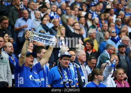 Calcio Calcio - Bundesliga - Schalke 04 vs Borussia Dortmund - Veltins-Arena, Gelsenkirchen, Germania - 15 aprile 2018 tifosi di Schalke REUTERS/Wolfgang Rattay DFL REGOLA PER LIMITARE L'UTILIZZO ONLINE DURANTE IL TEMPO DI PARTITA A 15 IMMAGINI PER PARTITA. LE SEQUENZE DI IMMAGINI PER SIMULARE IL VIDEO NON SONO CONSENTITE IN NESSUN MOMENTO. PER ULTERIORI DOMANDE, CONTATTARE DFL DIRETTAMENTE AL NUMERO + 49 69 650050