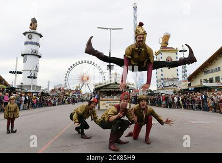 Gli attori si esibiscono durante la parata dell'Oktoberfest a Monaco, Germania, 22 settembre 2019. REUTERS/Andreas Gebert