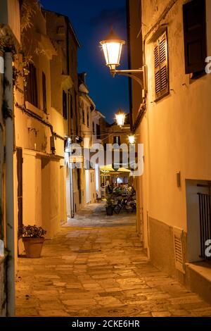 Ristorante in vecchia strada illuminata a Mahon di notte - Menorca, Spagna