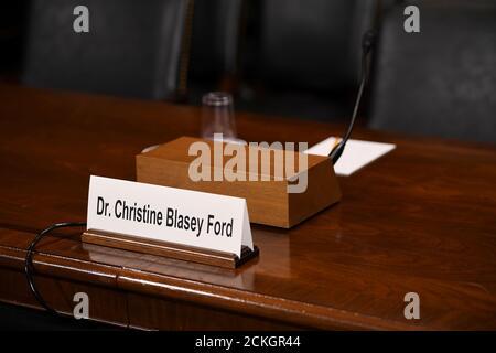 Il tag nome di Christine Blasey Ford è visto prima di lei, testimonia di fronte all'audizione di conferma del Comitato giudiziario del Senato degli Stati Uniti su Capitol Hill a Washington, DC, 27 settembre 2018. Saul Loeb/Pool via REUTERS