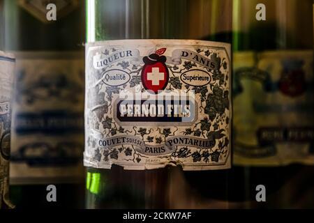 Le distillerie di Pontarlier passavano alla produzione di pastis dopo che l'assenzio era stato vietato. Il successo del marchio più famoso Pernod può anche giovare a coloro il cui nome è simile a Henri-Louis Pernod e che non si preoccupano di errori di ortografia