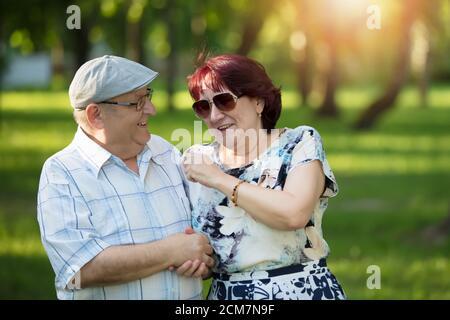 Felice coppia anziana. Bei cittadini anziani, uomini e donne. Marito e moglie di vecchiaia per una passeggiata. Foto Stock