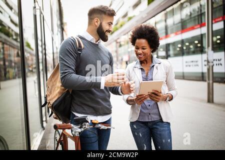 Ritratto di happy business amici godendo la pausa dalla riunione