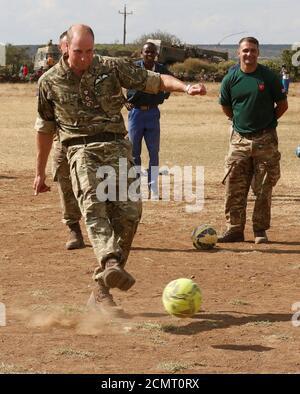 Il duca di Cambridge, il principe William spara un calcio di punizione su un campo da calcio durante la sua visita alla scuola elementare OL Maiso a Laikipia, Kenya, 30 settembre 2018. REUTERS/Thomas Mukoya