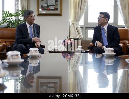 Il Rappresentante speciale degli Stati Uniti per la politica della Corea del Nord Sung Kim parla con il suo omologo sudcoreano Kim Hong-kyun (R) durante il loro incontro al Ministero degli Esteri di Seoul, Corea del Sud, 22 marzo 2016. REUTERS/Kim Hong-Ji