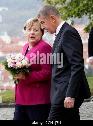 Il primo ministro ceco Andrej Babis dà il benvenuto alla cancelliera tedesca Angela Merkel a Praga, Repubblica Ceca, 26 ottobre 2018. REUTERS/David W. Cerny