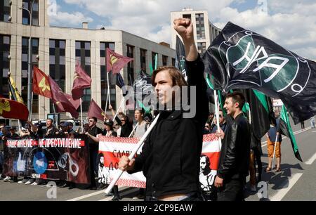 La gente partecipa a un raduno per protestare contro la decisione della corte di bloccare il messaggero di telegramma perché ha violato la regolamentazione russa, a Mosca, Russia 13 maggio 2018. REUTERS/Tatyana Makeyeva Foto Stock
