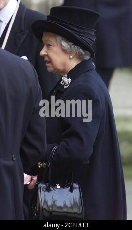 La Regina Elisabetta II della Gran Bretagna arriva alla Westminster Hall durante la processione cerimoniale per la Regina Madre nel centro di Londra, il 5 aprile 2002. Migliaia di lutto hanno tracciato la strada per rendere i loro ultimi omaggi alla Regina Madre che è morta sabato scorso di 101 anni. Lei giace in stato a Westminster fino al suo funerale il 9 aprile, dopo di che sarà sepolto alla St George's Chapel a Windsor accanto al suo defunto marito Re George VI. REUTERS/Kieran Doherty KD/ASA