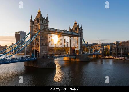 Inghilterra, Londra, Southwark, Tower Bridge e City of London Skyline
