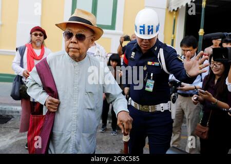 Sulak Sivaraksa arriva per un'audizione di tribunale in cui il procuratore militare thailandese deciderà se procedere con un caso lese maggiore contro di lui, a Bangkok, Thailandia 17 gennaio 2018. REUTERS/Jorge Silva
