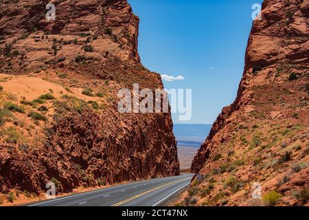 Paesaggio naturale americano con strada asfaltata all'orizzonte. Strada aperta attraverso il campo, strada Highland. Foto Stock