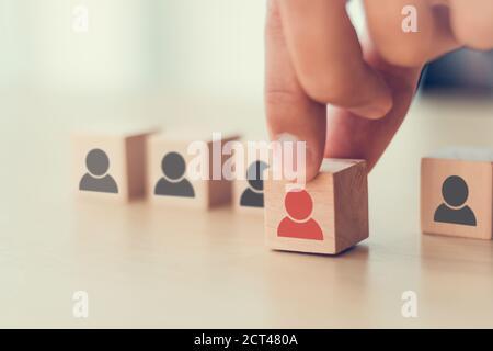 mano uomo scegliere quello scelto per lavoro, lavoro, progetto, team scegliere l'uomo giusto sul lavoro giusto di gestione delle risorse umane, reclutamento business