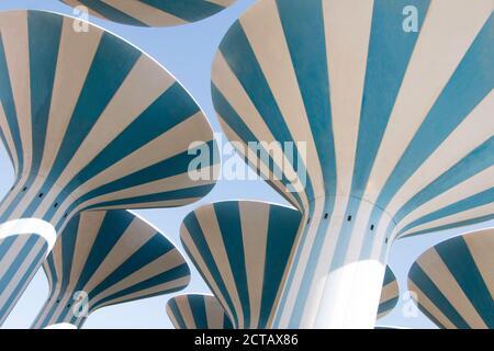 Torri d'acqua iconiche in Kuwait, dipinte in strisce blu e bianche. Foto Stock