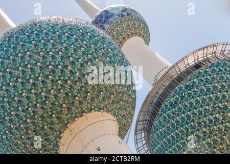 Le iconiche torri Kuwait da vicino mostrano i suoi dischi blu in smalto nei dettagli. Foto Stock