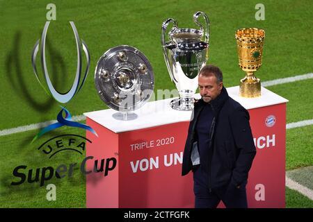 PHOTO MONDAY: Anteprima della finale della Super Cup UEFA FC Bayern Monaco-FC Sevilla il 24 settembre 2020 a Budapest. Foto d'archivio: Vengono presentati la tripla coppa, il trofeo di campionato, la coppa di campionato e la coppa DFB - Hans Dieter Flick (Hansi, allenatore FC Bayern Monaco) la passa apparentemente senza attenzione. Trofeo, coppa, trofeo. Calcio 1. Bundesliga season 2020/2021, 1 matchday, matchday01, FC Bayern Monaco (M) - FCSchalke 04 (GE), il 18 settembre 2020 a Monaco ALLIANZARENA, LE NORMATIVE DFL VIETANO L'USO DI FOTOGRAFIE SOLO COME SEQUENZE DI IMMAGINI E/O QUASI-VIDEO.EDITORIALI. å | mondo di utilizzo
