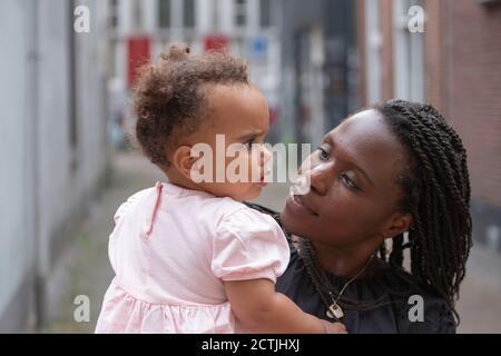 Una madre che tiene la sua giovane figlia