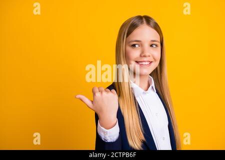 Primo piano-in su ritratto di lei bella bella bella allegra lungo-capelli ragazza che mostra il pollice annuncio pubblicitario copy space look idea accademica isolato luminoso