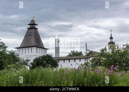 Una torre quadrata e pareti bianche con scappatoie. Tetto in legno a scomparsa sopra le torri. Monastero di Panfutyevsky a Borovsk, Russia.