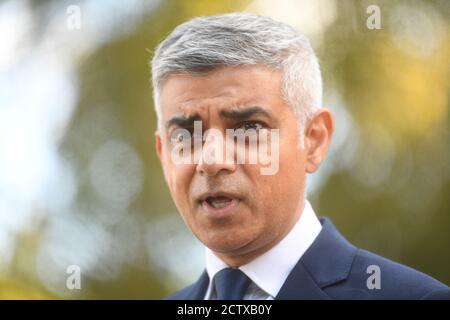 Il sindaco di Londra Sadiq Khan parla ai media a New Scotland Yard, Londra, dopo la morte di un ufficiale di polizia che è stato ucciso da un detenuto al Croydon Custody Center, nel sud di Londra, nelle prime ore del venerdì mattina. Foto Stock