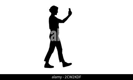 Silhouette giovane signora carina sta avendo videochiamata sul suo telefono. Vi