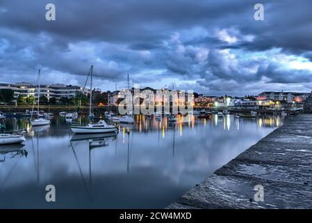 Porto di Dun Laoghaire durante l'ora blu. Molo ovest. Foto serale del famoso porto di Dublino, Irlanda