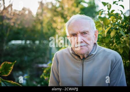 Ritratto artistico di un anziano amichevole in primo piano di strada. Spazio di copia Foto Stock