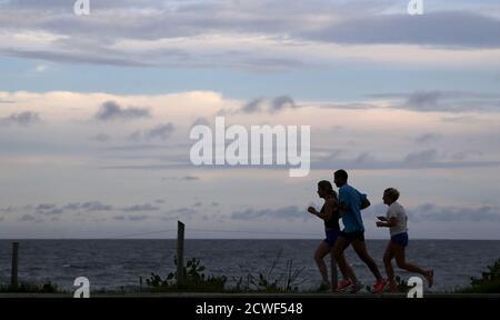 I residenti gestiscono la spiaggia Recreio dos Bandeirantes a Rio de Janeiro il 20 marzo 2015. REUTERS/Sergio Moraes
