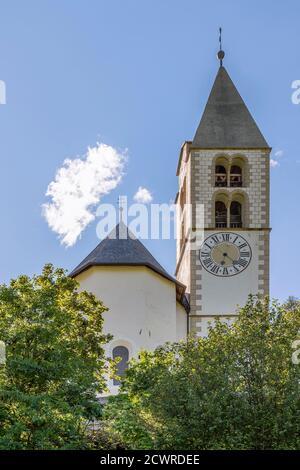 L'abside e il campanile della chiesa parrocchiale di San Biagio in Tubre, Taufers im Münstertal, Alto Adige, Italia Foto Stock