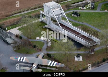 An aerial view shows Pegasus Bridge and the War Memorial in Benouville in the Normandy region, March 29, 2014. Pegasus Bridge was captured by British forces on the night of 5-6 June 1944, an important strategic point as part of the Allied invasion during World War II. France prepares to commemorate the 70th anniversary of World War II D-Day beach landings to be celebrated June 6, 2014. Picture taken March 29, 2014.    REUTERS/Christian Hartmann (FRANCE  - Tags: CONFLICT CITYSCAPE ANNIVERSARY TRAVEL) Foto Stock