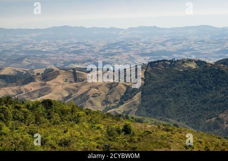 Il paesaggio montano verde circostante della regione della campagna di Cunha come visto dai punti di osservazione di Pedra da Macela a Paraty, Rio de Janeiro.