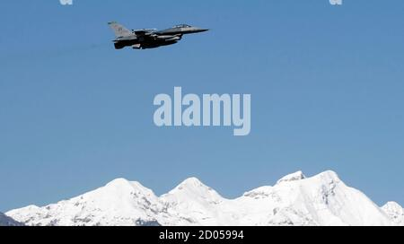 An F-16 jet fighter flies over the NATO airbase in Aviano, northern Italy March 21, 2011. Arab nations do not want the military intervention under way in Libya to be placed under NATO control, French Foreign Minister Alain Juppe said on Monday.        REUTERS/Alessandro Garofalo  ( ITALY  - Tags: POLITICS MILITARY CONFLICT IMAGES OF THE DAY) Foto Stock
