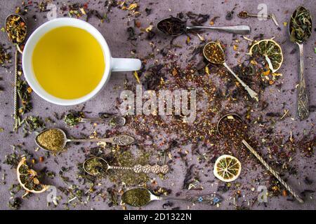 Set di tè secco alle erbe e naturali, variazione e raccolta di tè e cucchiai d'annata