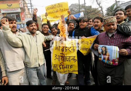 Fans of Bollywood actress Shilpa Shetty hold placards and shout slogans during a protest in the eastern Indian city of Patna January 17, 2007.  Bollywood was up in arms on Wednesday over what it called the racist bullying of Indian film star Shilpa Shetty on British TV show 'Celebrity Big Brother', and dozens of her fans protested in the east of the country. The sign on the effigy reads, 'Down! Down! Organisers of Big Brother!'  REUTERS/Krishna Murari Kishan (INDIA) Foto Stock