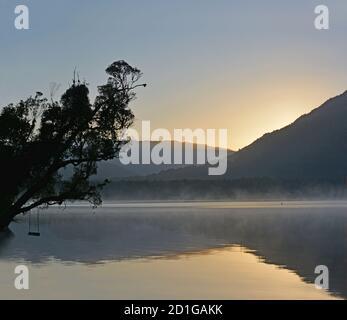 Lago Kaniere a Dawn in primavera, Westcoast, Nuova Zelanda