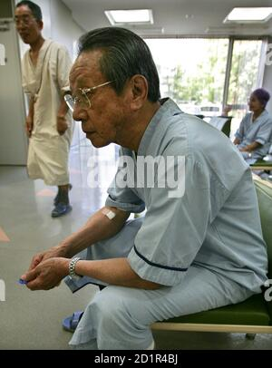 Atomic bomb survivor Kaneo Kimura waits his turn for an x-ray examination during a mass medical check-up in Hiroshima August 5, 2005. Kimua was 2.4 km (1.4 miles) away from the site of the explosion that killed his father, brother and cousins. Hiroshima is marking the 60th anniversary of the world's first atomic bombing on August 6, which instantly took thousands of lives, with the death toll rising to some 140,000 by the end of 1945 out of the city's estimated population of 350,000. REUTERS/Eriko Sugita  ES/KS Foto Stock