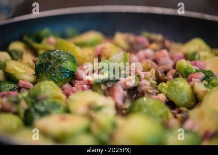 Brussel germogli, castagne e pancetta in padella