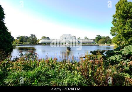 La Palm House e il lago nei Royal Botanic Gardens, Kew a Richmond upon Thames.