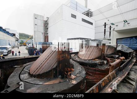 Le parti interne della centrale di trasformazione bruciata e rimossa sono illustrate nella centrale nucleare di Kruemmel, vicino a Geesthacht, il 27 luglio 2007. Il 27 giugno è scoppiato un incendio nella centrale di trasformazione della centrale nucleare nella Germania settentrionale. Il reattore di Kruemmel si trova a circa 30 km (20 miglia) a sud-est di Amburgo. REUTERS/Morris Mac Matzen (GERMANIA)