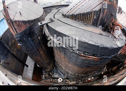 Le parti interne della centrale di trasformazione bruciata e rimossa sono raffigurate sul sito della centrale nucleare di Kruemmel, vicino a Geesthacht, il 27 luglio 2007. Il 27 giugno è scoppiato un incendio nella centrale di trasformazione della centrale nucleare nella Germania settentrionale. Il reattore di Kruemmel si trova a circa 30 km (20 miglia) a sud-est di Amburgo. REUTERS/Morris Mac Matzen (GERMANIA)