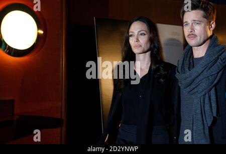 Gli attori Brad Pitt e Angelina Jolie arrivano per promuovere il loro ultimo film 'Changeling' a Londra il 17 novembre 2008. REUTERS/Alessia Pierdomenico (GRAN BRETAGNA)