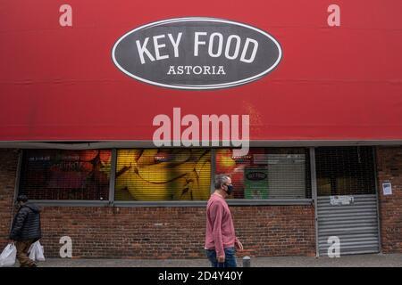 NEW YORK, NY 11 OTTOBRE: Il supermercato Key Food sulla 31 Street nel quartiere di Astoria è visto chiuso per affari il 11 ottobre 2020 a New York City. Foto Stock