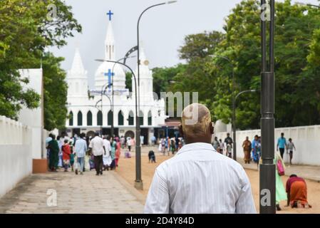 VELANKANNI, INDIA persone che pregano alla Basilica nostra Signora della buona Salute/Santuario/Chiesa di Madre Maria. Centro di pellegrinaggio Cristiani Velankanni, Tamil Nadu