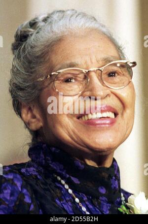 File foto che mostra l'icona dei diritti civili Rosa Parks in una cerimonia in cui è stata presentata con la medaglia d'oro del Congresso, il 15 giugno 1999. La Corte Suprema degli Stati Uniti ha autorizzato la strada 8 dicembre 2003 per Parks a procedere con la sua causa contro OutKast e altri sulla canzone di successo del duo di musica rap con il suo nome come titolo. I giudici hanno lasciato in piedi un tribunale d'appello degli Stati Uniti che ha reintegrato le false richieste pubblicitarie e pubblicitarie di Parks contro OutKast e tre unità Bertelsmann AG. I parchi hanno fatto la storia nel 1955 quando ha rifiutato di cedere il suo posto ad un uomo bianco e di spostarsi sul retro di un autobus cittadino dentro