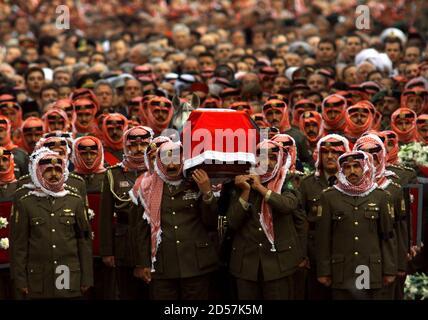 Migliaia di persone seguono i portatori di palle che portano la bara del re Hussein mentre la processione si fa strada verso la Moschea reale delle Guardie per le preghiere 8 febbraio. Re Hussein, che ha giocato un ruolo importante nella politica del Medio Oriente durante il suo regno, è stato sepolto lunedì dopo 47 anni sul trono hashemita. KM/KL