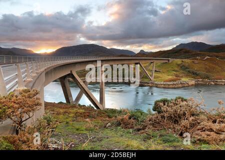 Il ponte Kylesku sulla costa settentrionale 500 percorso turistico che attraversa il lago marino di Caolas Cumhann, Sutherland, NW Highlands della Scozia, Regno Unito